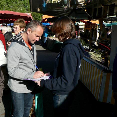 Anaëlle Berre, étudiante en 2e année, sur le marché des Halles, à Tours, samedi 5 avril.