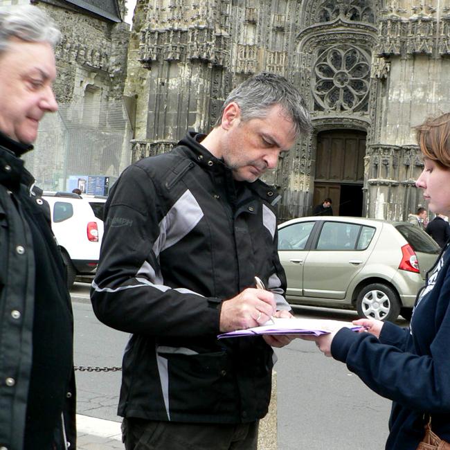 Deux touristes anglais signent devant la cathédrale de Tours, dimanche matin 6 avril.