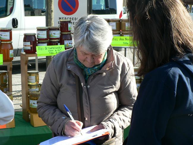 Marie Courvasier, étudiante en 1re année, recueille elle aussi des signatures sur le marché des Halles, à Tours, samedi 5 avril.